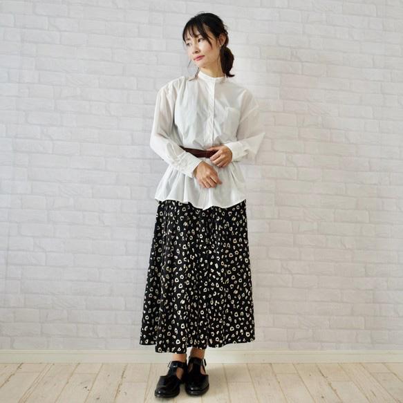 もりのがっこうホワイトのバンドカラーシャツにウエストマークをして、レオパード柄のスカートと合わせてもかわいい。