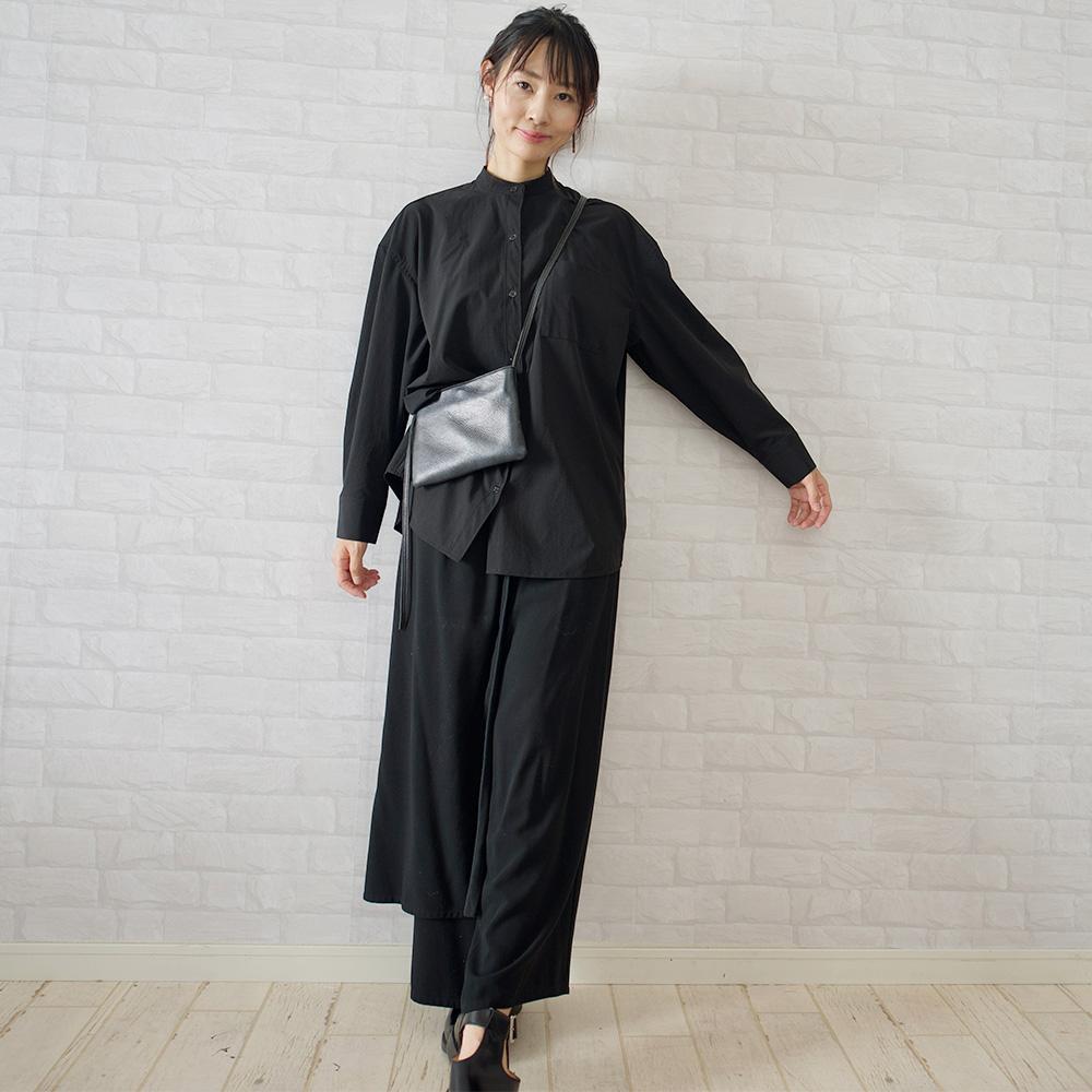 もりのがっこうブラックのバンドカラーシャツ+ブラックのエプロンパンツで、カフェ店員風コーディネート