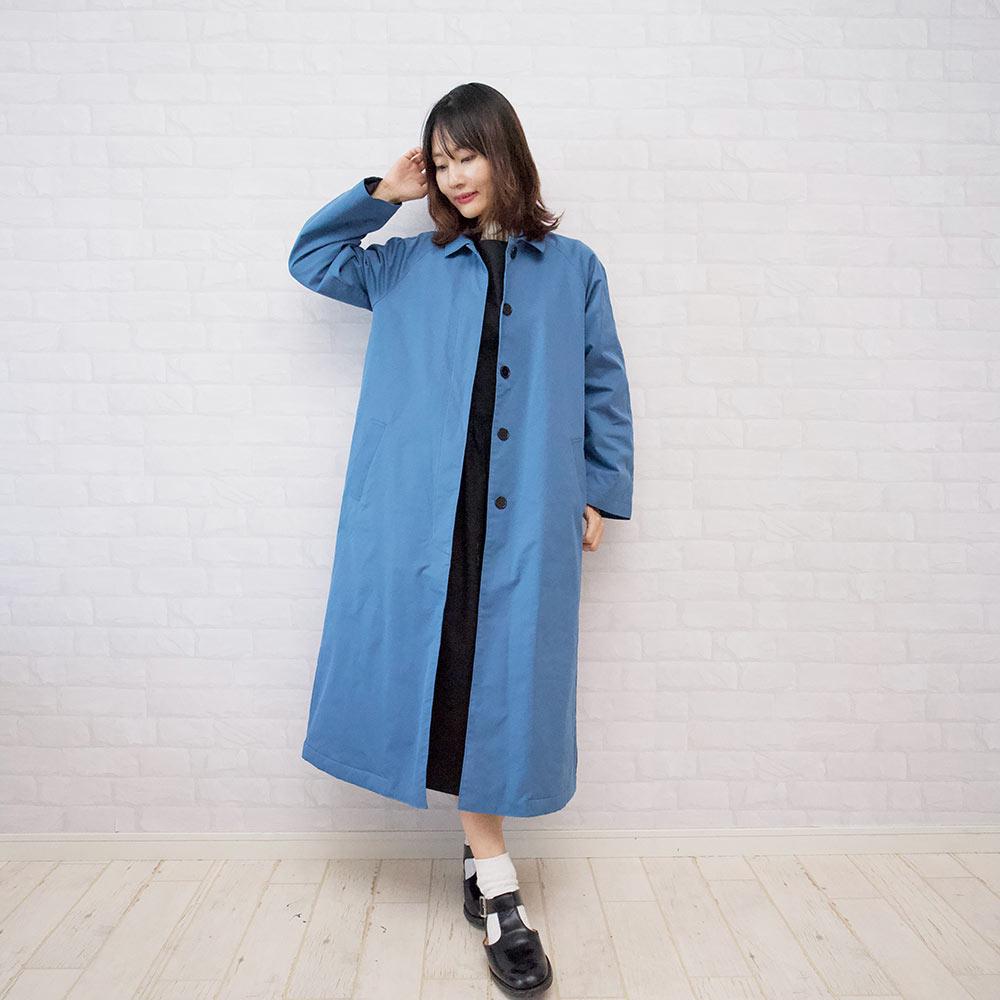 もりのがっこう新作 ステンカラーコート、冬でも華やかなブルーです。